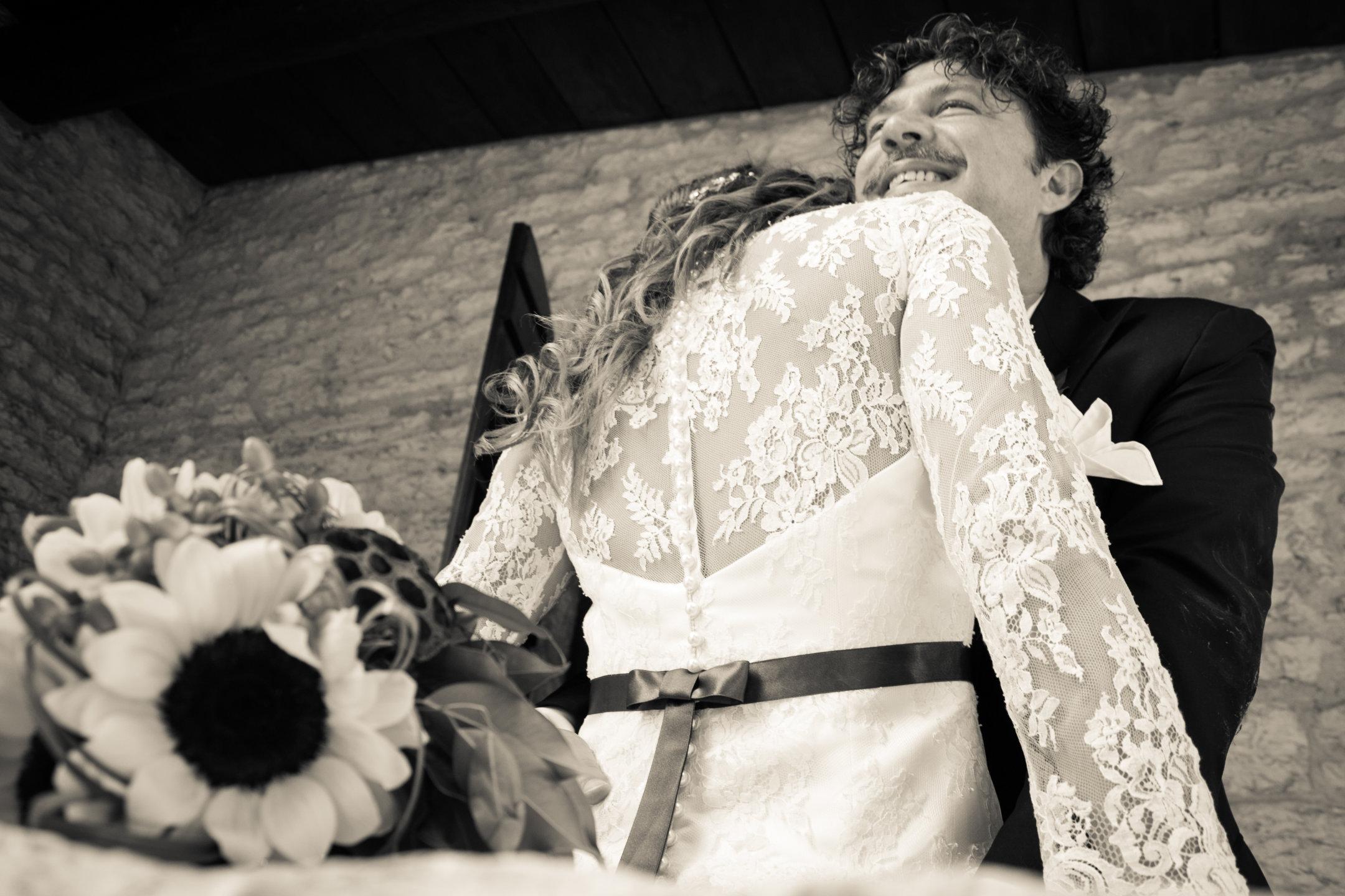 Sposi si abbracciano
