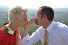 Coppia di sposi che chiacchiera