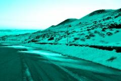 azzurro su strada di montagna