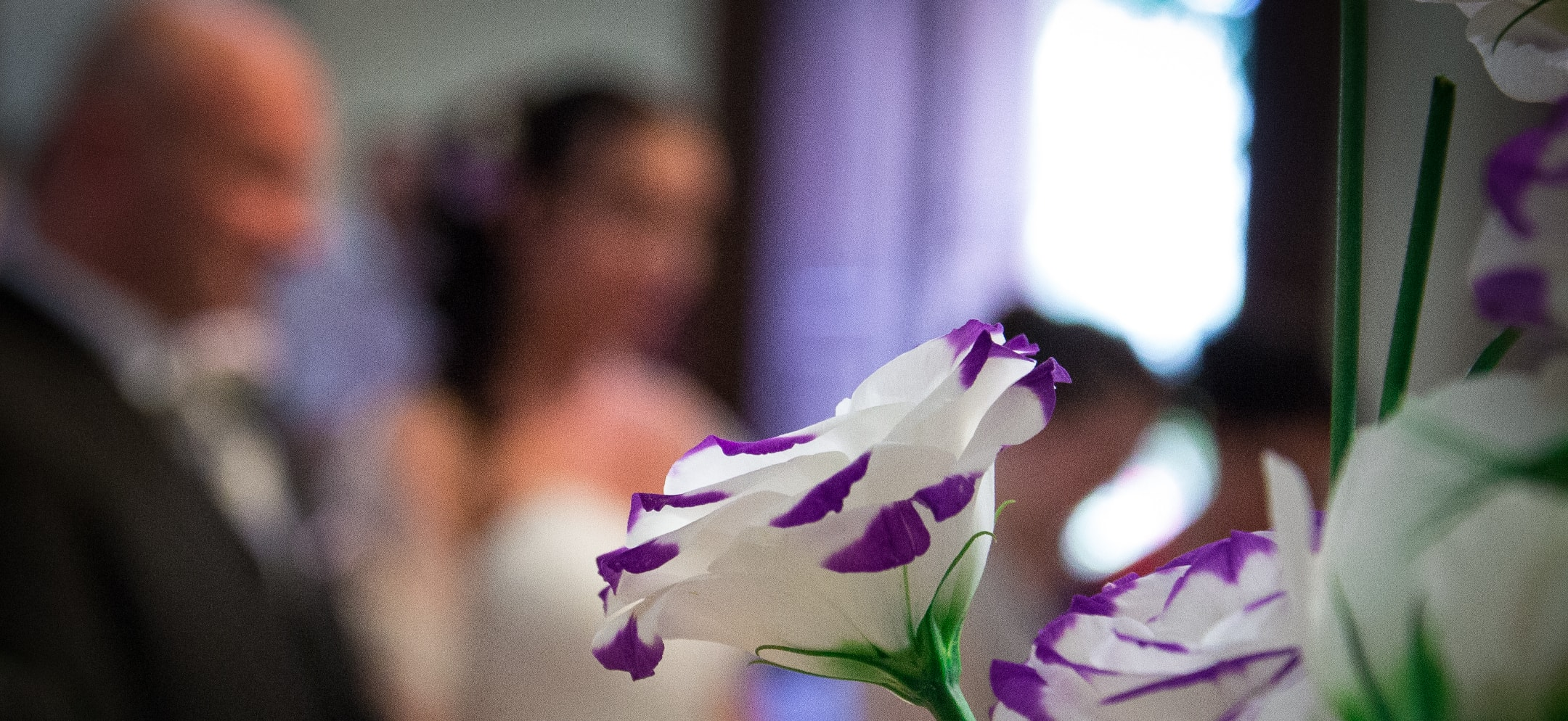 Fiori in primo piano e sposi nello sfondo