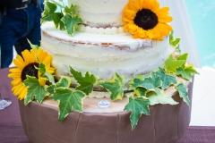 Fiori sopra la torta nuziale