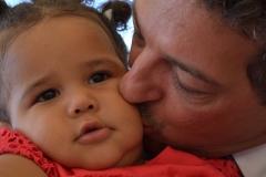 Sposo bacia la sua bimba