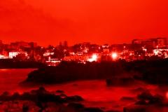 rosso intenso su paesaggio