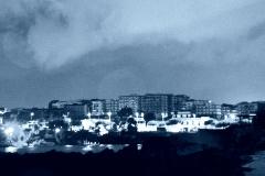 azzurro-grigio su paesaggio