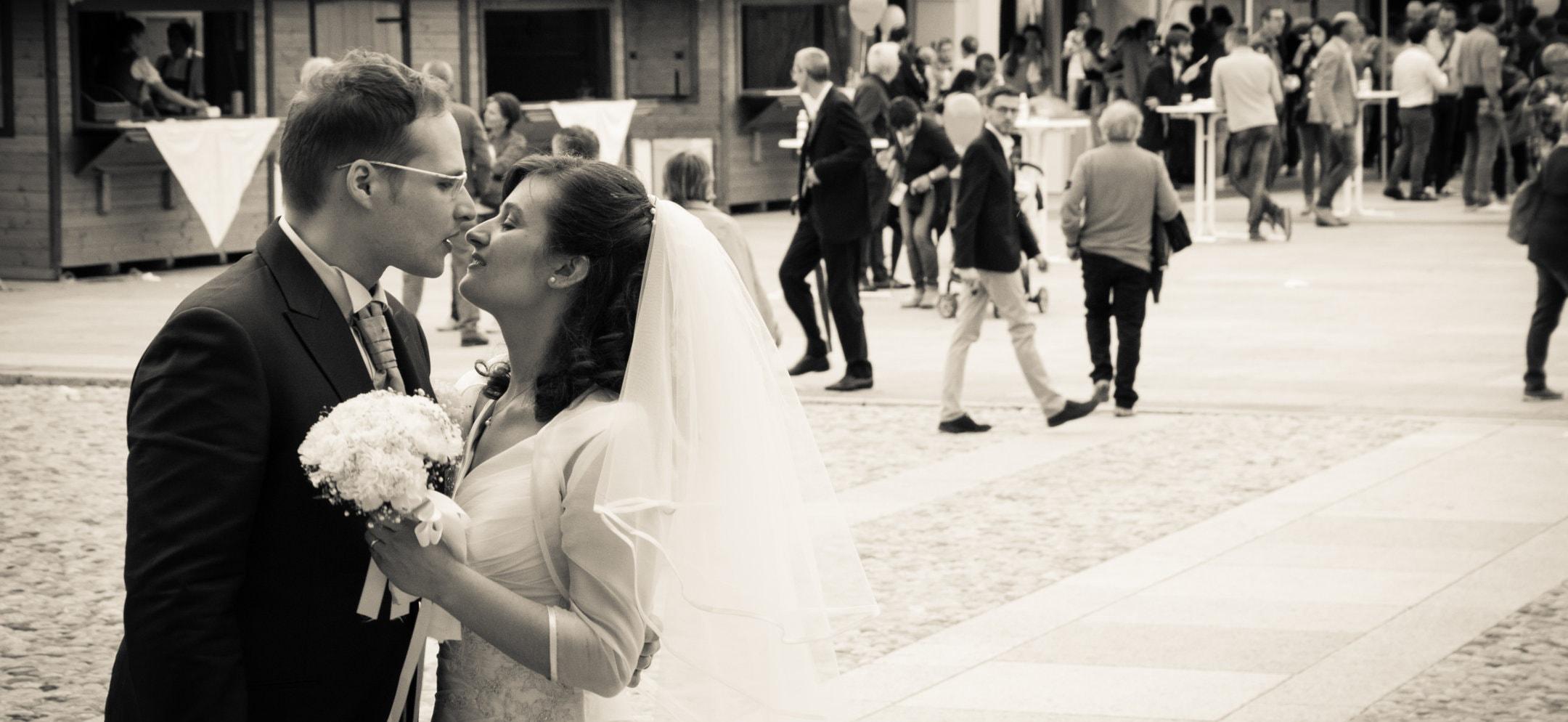 Ambra e Luca che si baciano al loro matrimonio